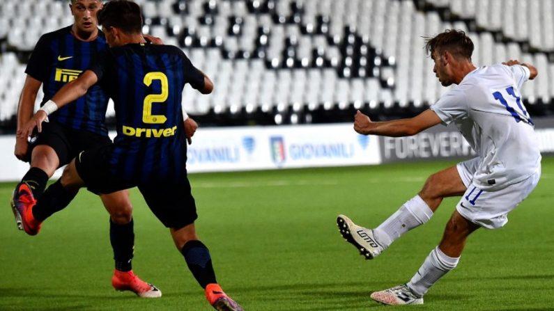 Andrea Rinaldi (R) del Atalanta B.C. anota un gol 2-2 durante el partido de la final de la Serie A Sub-17 entre el Atalanta BC y el FC Internazionale en Cesena, Italia, el 21 de junio de 2017. (Giuseppe Bellini/Getty Images)