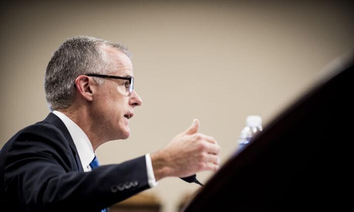El director interino del FBI, Andrew McCabe, testifica ante una reunión del subcomité de Asignaciones de la Cámara sobre las solicitudes de presupuesto del FBI para el año fiscal 2018, el 21 de junio de 2017. (Pete Marovich/Getty Images)