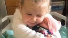Captan en video a una pequeña niña completamente cautivada al conocer a su hermanita recién nacida