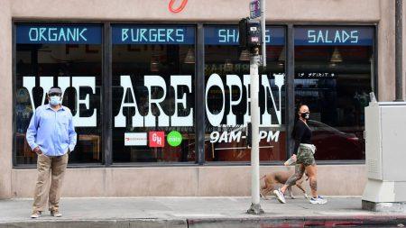 Condado de LA podrá reabrir barberías, restaurantes y salones de belleza, según funcionarios