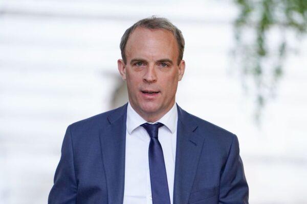 El secretario de Relaciones Exteriores de Gran Bretaña Dominic Raab llega a Downing street el 28 de mayo de 2020. (Niklas Halle'n/AFP vía Getty Images)