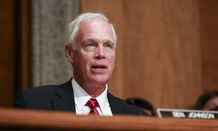 El senador Ron Johnson ( R-Wis.) durante el Comité de Seguridad Nacional del Senado en Washington el 30 de julio de 2019. (Charlotte Cuthbertson/The Epoch Times)