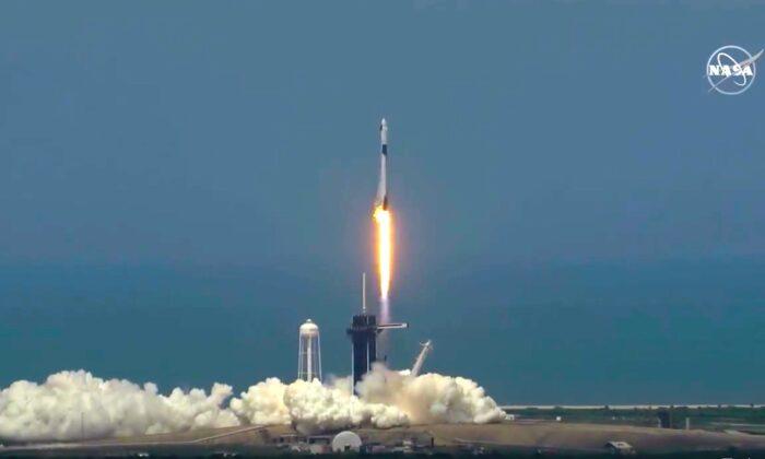 El cohete SpaceX Falcon 9 despega según lo previsto, en el Centro Espacial Kennedy en Cabo Cañaveral, Florida, el 30 de mayo de 2020. (NASA)