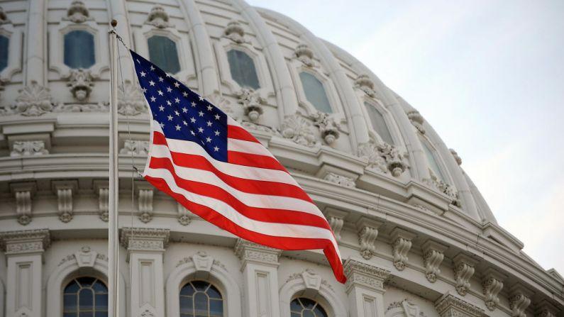 La bandera de Estados Unidos ondea en el Capitolio de Estados Unidos en Washington, DC, (EE.UU.) el 20 de enero de 2009. (ESTAN HONDA / AFP a través de Getty Images)