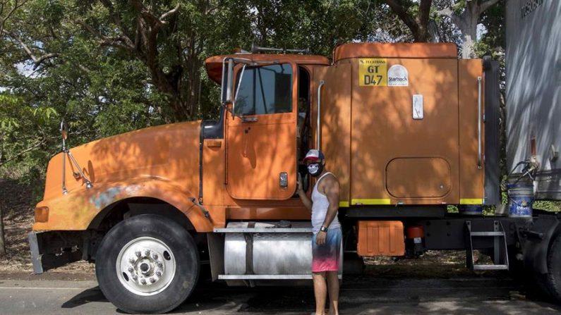 Un transportista de carga pesada se encuentra varado en Peñas Blancas en la frontera entre Nicaragua y Costa Rica, sube a su vehículo el 20 de mayo de 2020, cerca a la ciudad de Rivas (Nicaragua). EFE/Jorge Torres