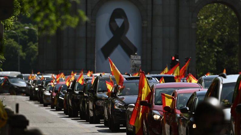 Manifestación en coche promovida por Vox contra la gestión del Gobierno en la pandemia del virus del PCCh, tras obtener permiso de la Justicia o las delegaciones del Gobierno, en la primera convocatoria de protestas políticas autorizada durante la vigencia del estado de alarma. EFE/Fernando Villar