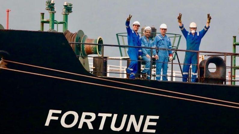 """Fotografía cedida por el Ministerio de Comunicación e Información (MinCI) de trabajadores saludando desde el buque iraní """"Fortune"""", el 25 de mayo de 2020, en Puerto Cabello (Venezuela). EFE/MinCI"""