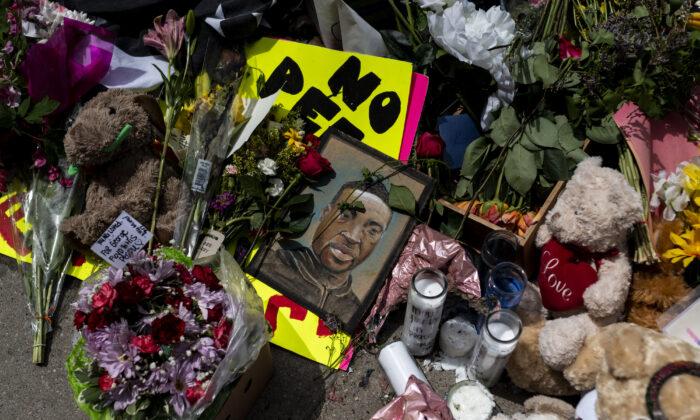 Un monumento donde George Floyd fue asesinado bajo custodia policial, en Minneapolis, Minnesota, el 28 de mayo de 2020. (Stephen Maturen / Getty Images)