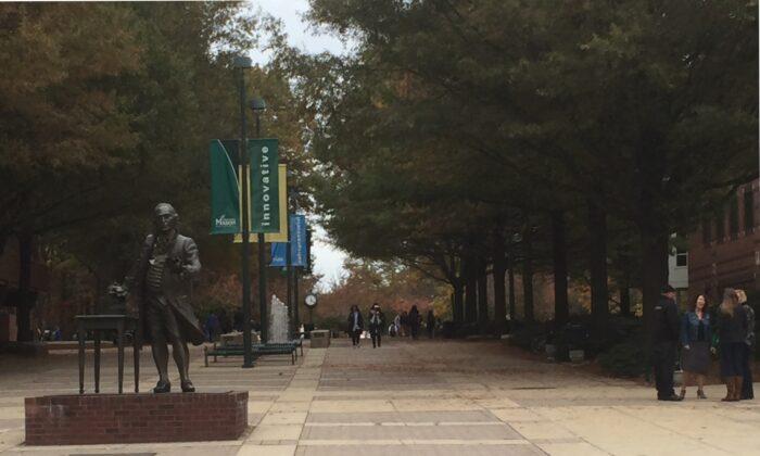 La estatua de George Mason, en el campus de la Universidad George Mason, en Fairfax, Virginia, el 2 de noviembre de 2015. (Gary Greenbaum/Wikipedia)