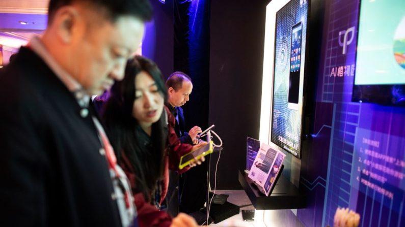 Invitados miran los productos de Baidu en la Conferencia anual de tecnología mundial de Baidu en Beijing el 1 de noviembre de 2018. (Fred Dufour/AFP a través de Getty Images)