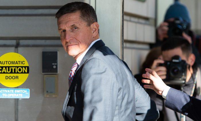 Exasesor de seguridad nacional, el teniente general Michael Flynn, llega para su audiencia de sentencia en la Corte de Distrito de Estados Unidos en Washington el 18 de diciembre de 2018. (Saul Loeb/AFP/ Getty Images)