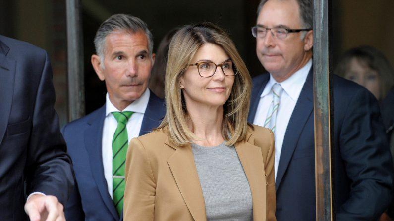 La actriz Lori Loughlin, (D), y su esposo, el diseñador de ropa Mossimo Giannulli (I) salen de la corte federal en Boston, el 3 de abril de 2019. (JOSEPH PREZIOSO/AFP via Getty Images)