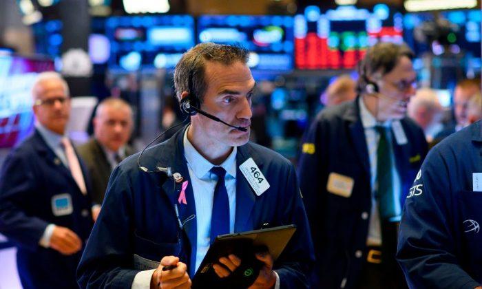 Los corredores trabajan después de la campana de apertura en la Bolsa de Nueva York en Wall Street en la ciudad de Nueva York (EE.UU.), el 15 de agosto de 2019. (Johannes Eisele/AFP/Getty Images)
