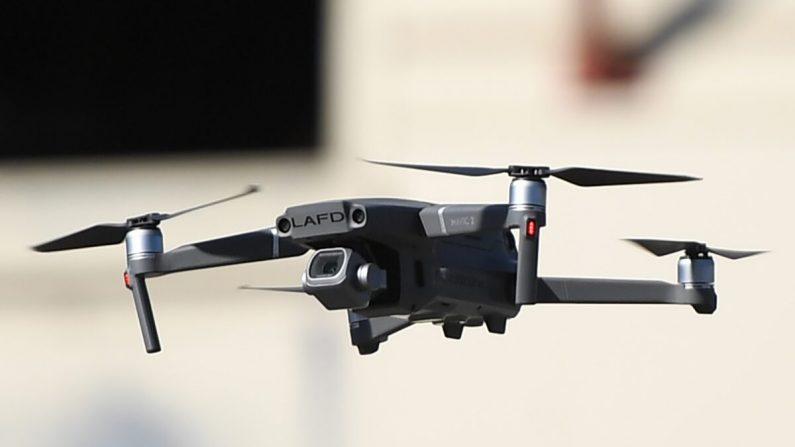 Los drones se despliegan durante una demostración en el Departamento de Bomberos de Los Ángeles antes de la conferencia AirWorks de DJI, en Los Ángeles, California, el 23 de septiembre de 2019. (Robyn Beck/AFP vía Getty Images)