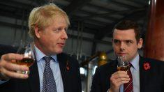 Un miembro del Gobierno británico dimite tras la polémica del asesor de Johnson