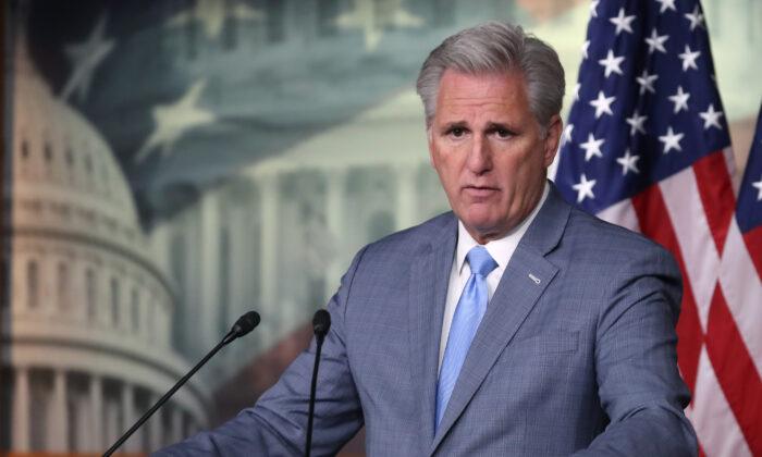 El líder de la minoría de la Cámara de Representantes Kevin McCarthy (R-Calif.) habla en una conferencia de prensa en el Capitolio de Washington el 18 de octubre de 2019. (Mark Wilson/Getty Images)