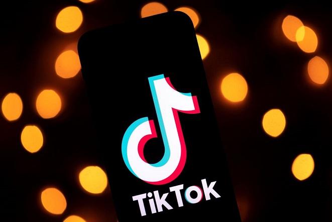 Esta foto tomada el 21 de noviembre de 2019, muestra el logo de la aplicación Tiktok en la pantalla de una tableta en París. (LIONEL BONAVENTURE/AFP vía Getty Images)