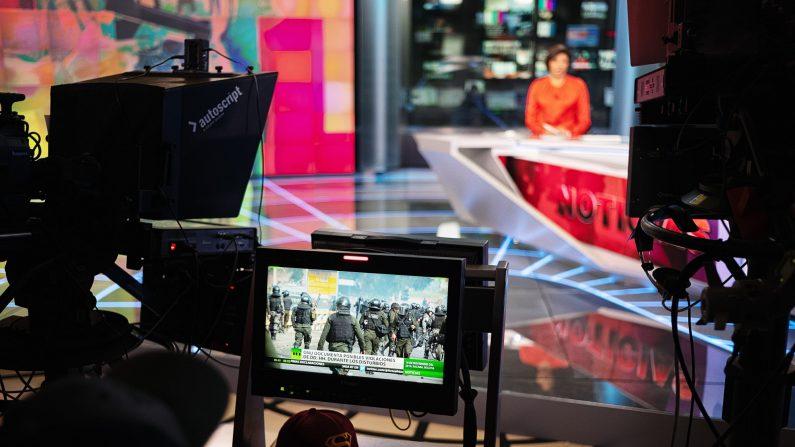 La presentadora de noticias Aliana Nieves presenta un programa de noticias en español para RT el 6 de diciembre de 2019 en Moscú, Rusia. (Misha Friedman/Getty Images)