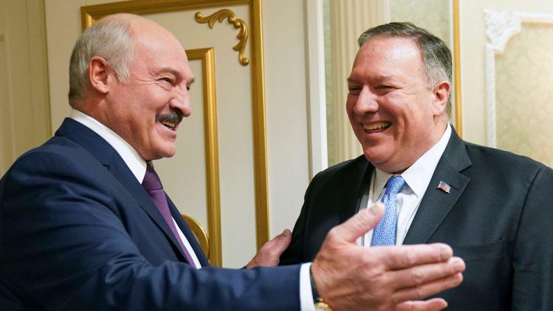 El secretario de Estado de EE. UU., Mike Pompeo, se encuentra con el presidente de Bielorrusia Alexander Lukashenko en Minsk el 1 de febrero de 2020. (KEVIN LAMARQUE/POOL/AFP via Getty Images)