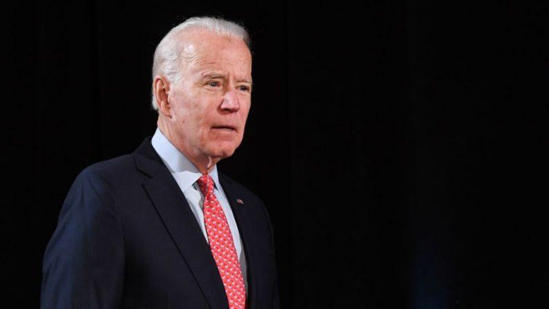El exvicepresidente de Estados Unidos y aspirante a la presidencia demócrata Joe Biden llega para hablar sobre el COVID-19, durante un evento de prensa en Wilmington, Delaware, el 12 de marzo de 2020. (SAUL LOEB/AFP vía Getty Images)