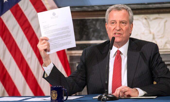 El alcalde Bill De Blasio habla durante una video conferencia de prensa sobre la respuesta de la ciudad al brote de coronavirus (COVID-19) que tuvo lugar en el ayuntamiento de Nueva York el 19 de marzo de 2020. (William Farrington/Getty Images)