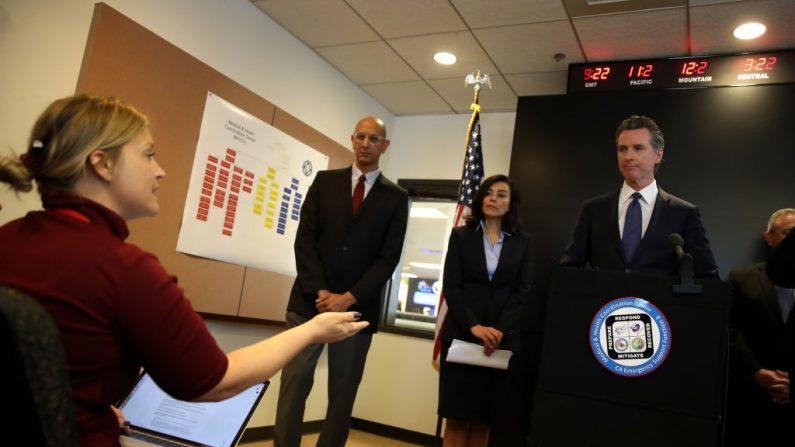 El gobernador de California, Gavin Newsom (derecha), responde a las preguntas de los medios de comunicación durante una conferencia de prensa en el Departamento de Salud Pública de California el 27 de febrero de 2020 en Sacramento, California. (Justin Sullivan/Getty Images)