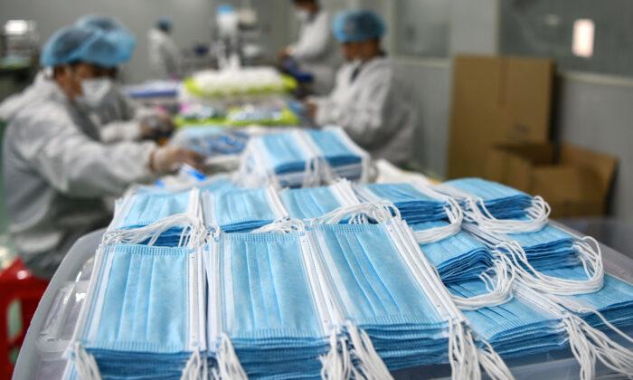 Los trabajadores producen máscaras que se exportarán a una fábrica en Nanchang, China, el 8 de abril de 2020. (STR/AFP a través de Getty Images)