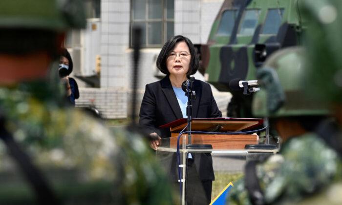 La presidenta de Taiwán, Tsai Ing-wen, pronuncia su discurso a los soldados en medio de la pandemia del virus del PCCh durante su visita a una base militar en Tainan, Taiwán, el 9 de abril de 2020. (Sam Yeh/AFP vía Getty Images)