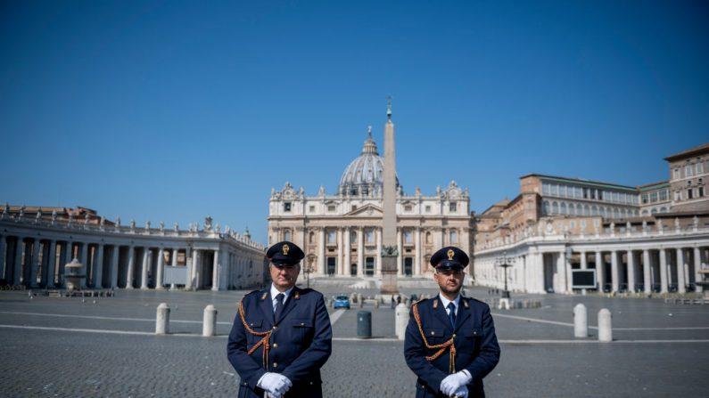 La policía italiana revisa la Plaza de San Pedro mientras el Papa Francisco celebra la misa de Pascua dentro de la vacía Basílica de San Pedro, el 12 de abril de 2020 en la Ciudad del Vaticano. (Antonio Masiello/Getty Images)