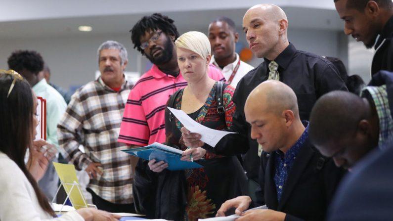 Los buscadores de empleo se reúnen con los reclutadores en una feria de trabajo organizada por la Misión de Los Ángeles el 5 de marzo de 2020 en Los Ángeles, California. (Mario Tama/Getty Images)