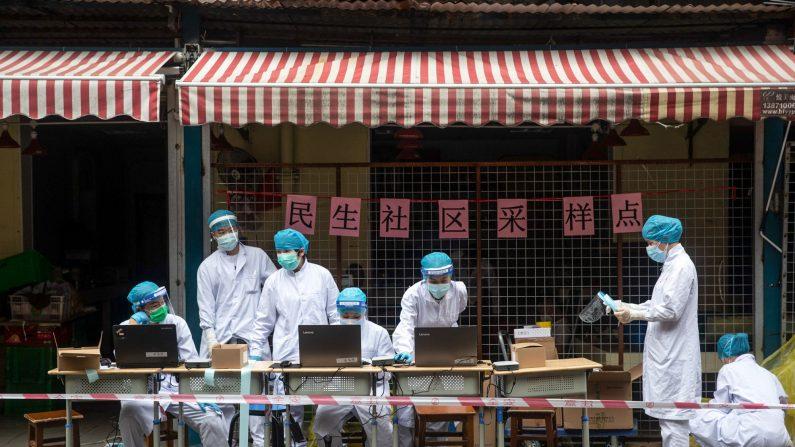 Trabajadores médicos organizan una estación de prueba de coronavirus COVID-19 en una calle de Wuhan en la provincia central china de Hubei el 15 de mayo de 2020. (STR/AFP a través de Getty Images)