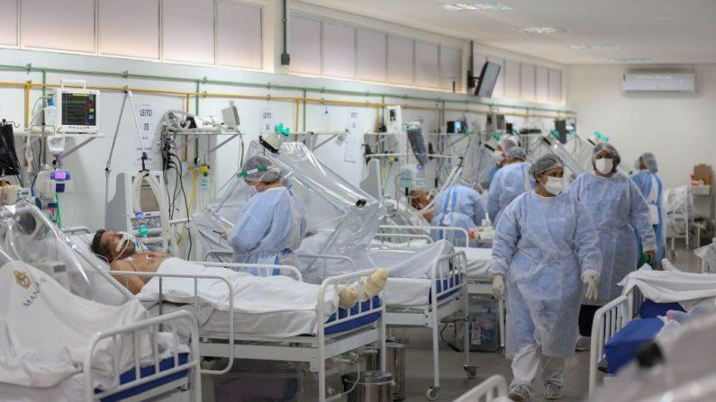 En la imagen ilustrativa, trabajadores de la salud y los pacientes permanecen en la Unidad de Cuidados Intensivos para COVID-19 de un  Hospital, el 20 de mayo de 2020. (MICHAEL DANTAS/AFP vía Getty Images)
