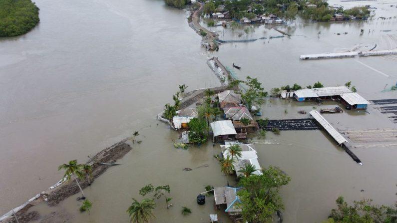 Una vista aérea muestra casas y edificios inundados después de que se rompiera una presa tras la llegada del ciclón Amphan a Shyamnagar (India) el 21 de mayo de 2020. (MUNIR UZ ZAMAN/AFP vía Getty Images)