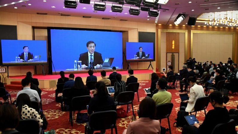 Zhang Yesui, portavoz de la tercera sesión del 13° Congreso Nacional del Pueblo, habla durante una video conferencia de prensa en línea en Beijing un día antes de la ceremonia de apertura de la APN, el 21 de mayo de 2020. (Leo Ramirez/AFP a través de Getty Images)