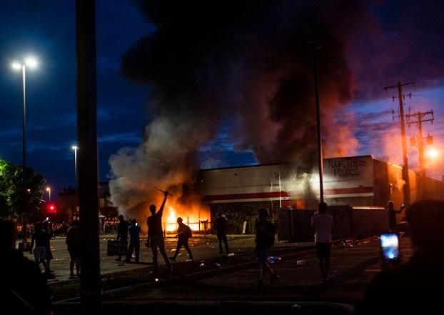 Un incendio arde dentro de una tienda Auto Zone cerca de la 3ª Comisaría de Policía el 27 de mayo de 2020 en Minneapolis, Minnesota. (Stephen Maturen/Getty Images)