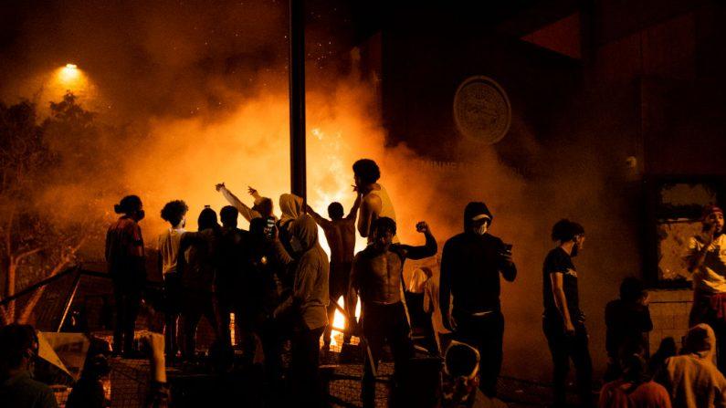 Los manifestantes vitorean cuando el Tercer Recinto Policial arde detrás de ellos, el 28 de mayo de 2020, en Minneapolis, Minnesota. (Stephen Maturen/Getty Images)
