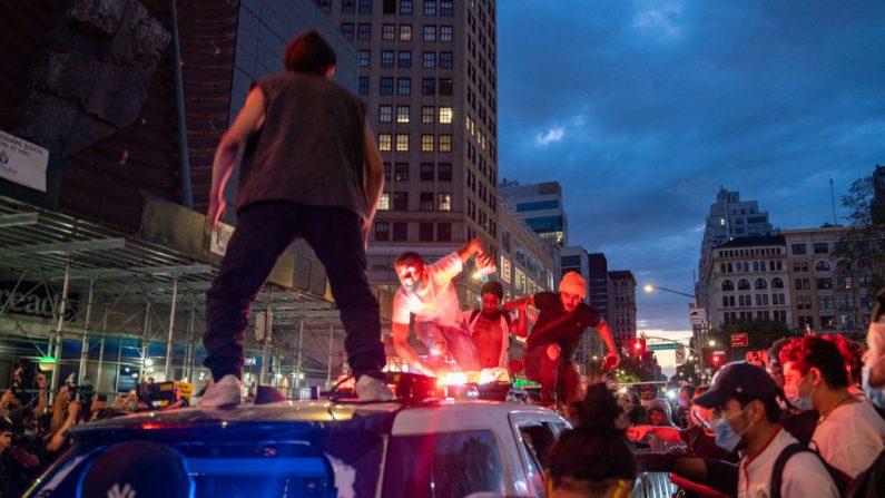 Manifestantes durante actos de violencia atentan contra la policía en Union Square el 30 de mayo de 2020 en la ciudad de Nueva York. (Foto de David Dee Delgado/Getty Images)