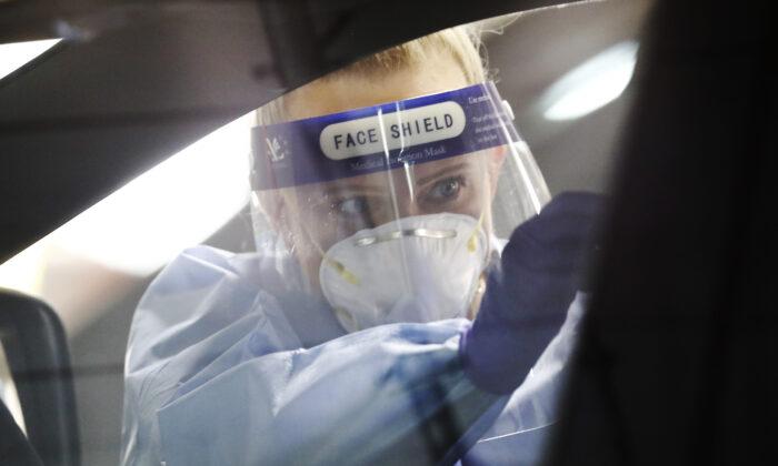 Un médico realiza una prueba a un miembro del público el 5 de mayo de 2020 en Melbourne (Australia). (Darrian Traynor/Getty Images)