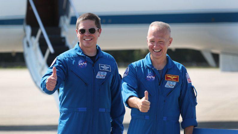 Los astronautas de la NASA Bob Behnken (izquierda) y Doug Hurley (derecha) posan para los medios después de llegar al Centro Espacial Kennedy el 20 de mayo de 2020 en Cabo Cañaveral, Florida (EE.UU.).  Los astronautas llegaron para el vuelo inaugural programado del 27 de mayo de la nave espacial Crew Dragon de SpaceX. Serán las primeras personas desde el final del programa del transbordador espacial en 2011 en ser lanzadas al espacio desde los Estados Unidos. (Foto de Joe Raedle/Getty Images)