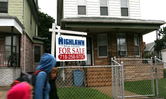 """Un letrero de """"Se Vende"""" cuelga fuera de una casa en el barrio de Brooklyn de la Ciudad de Nueva York el 12 de junio de 2012. (Spencer Platt/Getty Images)"""