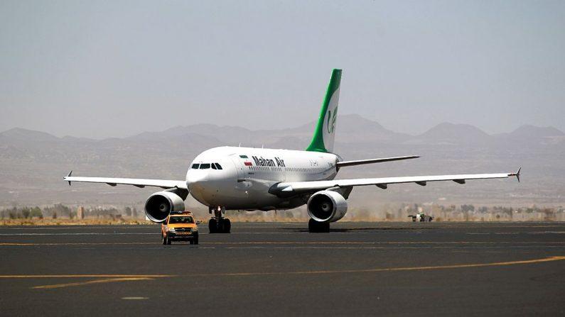 Foto de archivo de un avión de Mahan Air en el Aeropuerto Internacional Sanaa en la capital yemeni el 1 de marzo de 2015 (MOHAMMED HUWAIS/AFP via Getty Images)