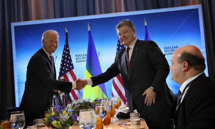 El entonces vicepresidente Joe Biden (izq.) se da la mano con el entonces presidente ucraniano Petro Poroshenko (der.), antes de su reunión en Washington, el 31 de marzo de 2016. (Win McNamee/Getty Images)