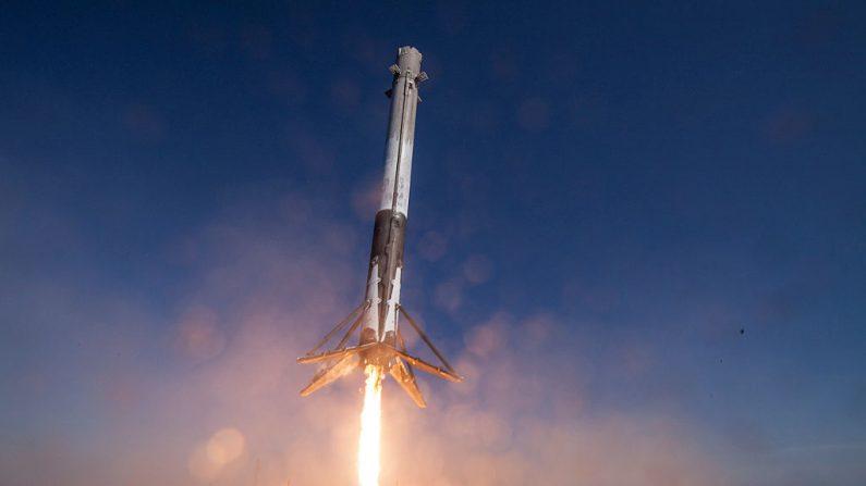 En este folleto proporcionado por la Administración Nacional de Aeronáutica y del Espacio (NASA), el cohete Falcon 9 de SpaceX hace su primer aterrizaje vertical exitoso el 8 de abril de 2016 a unas 200 millas de la costa en el Océano Atlántico después de su lanzamiento desde Cabo Cañaveral, Florida. (Fotografía de la NASA a través de Getty Images)