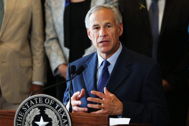 El gobernador de Texas, Greg Abbott, habla en el Ayuntamiento, en Dallas, Texas, el 8 de julio de 2016. (Spencer Platt/Getty Images)