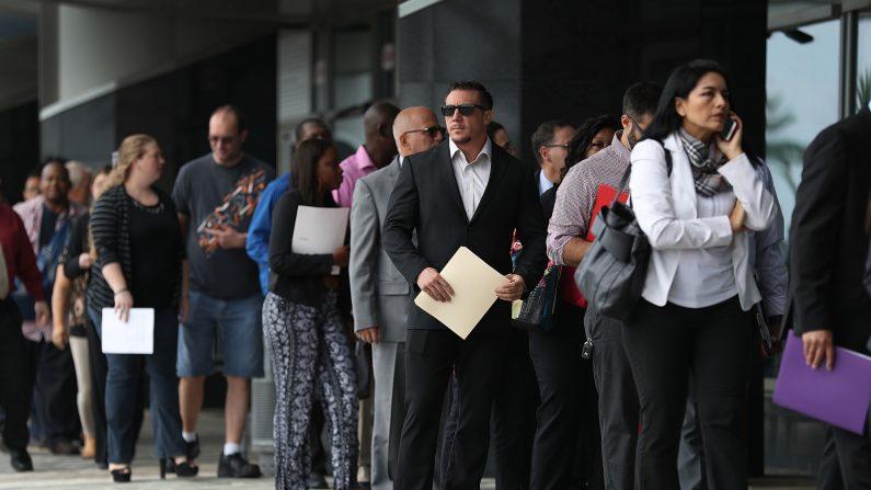 Las personas hacen cola mientras esperan para ingresar a la feria de empleo JobNewsUSA, en el Centro BB&T, el 15 de noviembre de 2016, en Sunrise, Florida (EE.UU.). (Joe Raedle/Getty Images)