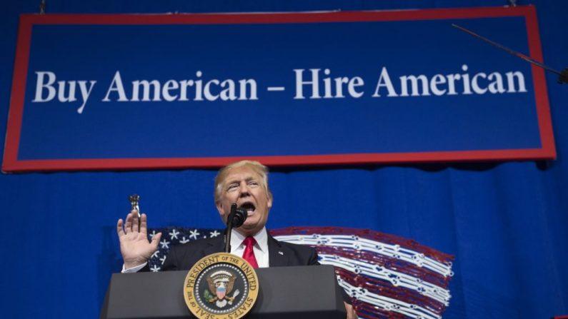 El Presidente de Estados Unidos, Donald Trump, habla después de la gira de Snap-On Tools en Kenosha, Wisconsin, el 18 de abril de 2017, antes de firmar la Orden Ejecutiva de Buy American, Hire American. (SAUL LOEB/AFP a través de Getty Images)