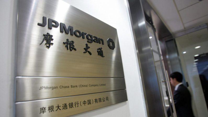 La oficina del Banco JPMorgan Chase, incorporado localmente, en Beijing el 11 de octubre de 2007. (STR/AFP vía Getty Images)