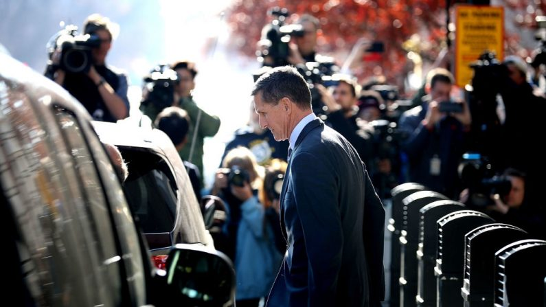 Michael Flynn, exasesor de seguridad nacional del presidente Donald Trump, sale de su audiencia en el Tribunal Federal de Prettyman, el 1 de diciembre de 2017, en Washington, D.C. (Somodevilla/Getty Images)