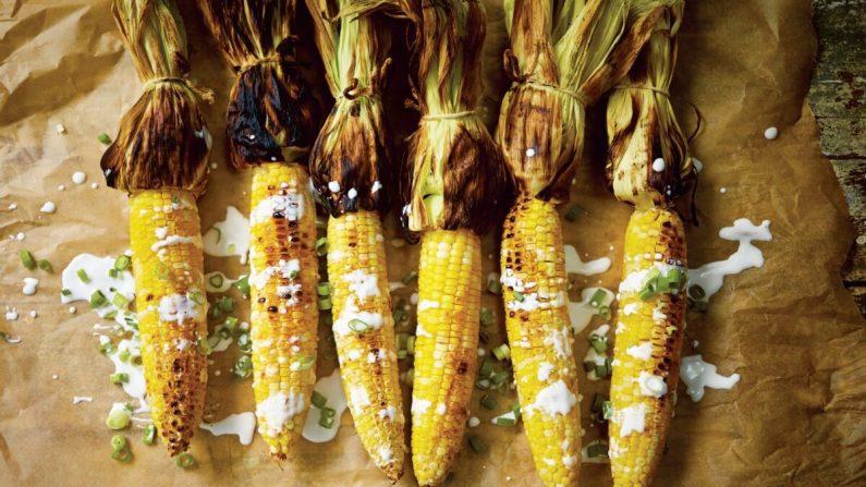 """""""El maíz a la parrilla ya es bueno por sí mismo"""", escribe Leela Punyaratabandhu, pero lo que hace que sea especial es salsa de coco que la recubre cola cebolletas. (Imagen: David Loftus)"""