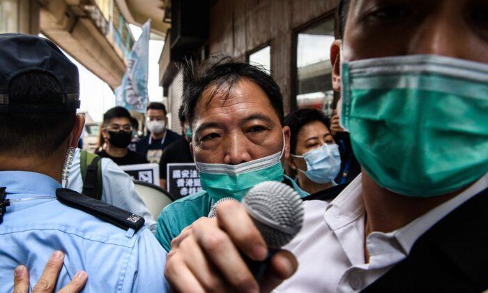 La policía impone multas a los manifestantes por romper las reglas de distanciamiento social en Hong Kong el 22 de mayo de 2020. (ANTHONY WALLACE/AFP vía Getty Images)